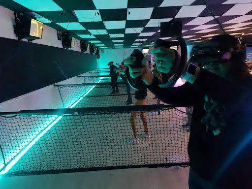 Groupe de personnes jouant à des jeux en réalité virtuelle VR chez Elyzion Park