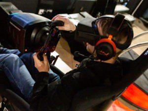 joueur sur un simulateur auto