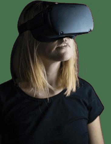 Jeune femme avec un casque de réalité virtuelle jouant à Elyzion Park